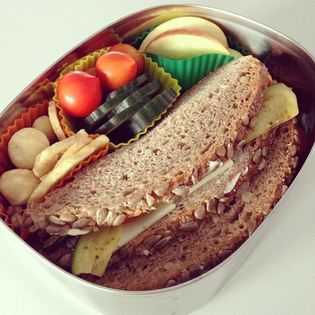 Gemüse-Käse-Sandwich, Nüsse, getrocknete Banane, Gurke, Tomätchen, Apfel! #lunch #lunchbox #lunchbots #bento #bentobox #lecker #leckerbox #mittag #mittagsessen #mittagsbox #mahlzeit #yummy #food #foodblog #foodblogger
