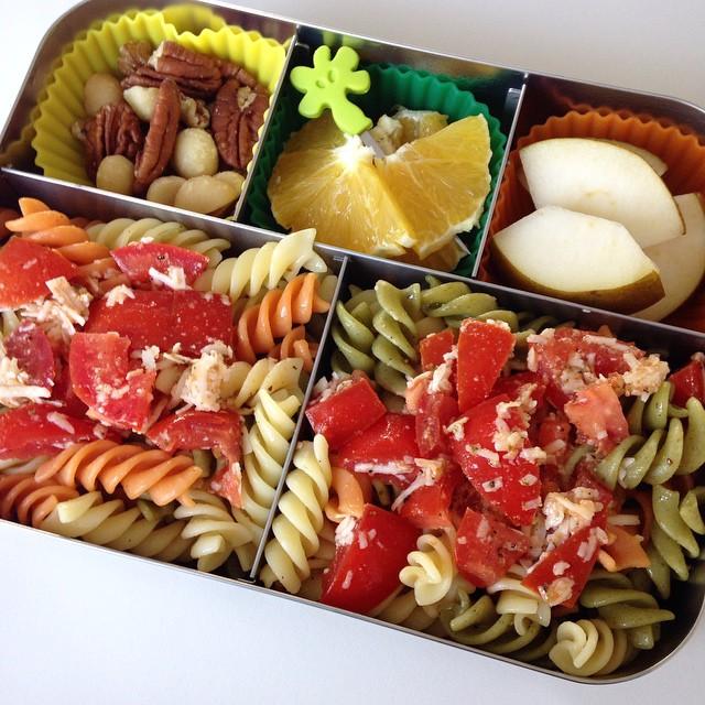 🇩🇪 MittagsBox: Nudeln mit Tomaten und Parmesan in Olivenöl, Birne, Orange, Nüsse! 🇺🇸 LunchBox: Pasta with Tomatoes and Parmesan in olive oil, pear, orange, nuts! #mittag #mittagsbox #mittagessen #mahlzeit #lecker #leckerbox #Bento #bentobox #nudeln #nudelnmachenglücklich