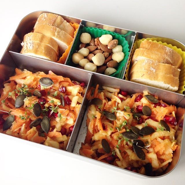 Karotten-Apfel-Salat mit Granatapfelkernen, dazu Brot und Nüsse! #lecker #leckerbox #lunch #lunchbox #lunchbots #mittag #mittagsbox #mittagessen #mahlzeit #Bento #bentobox