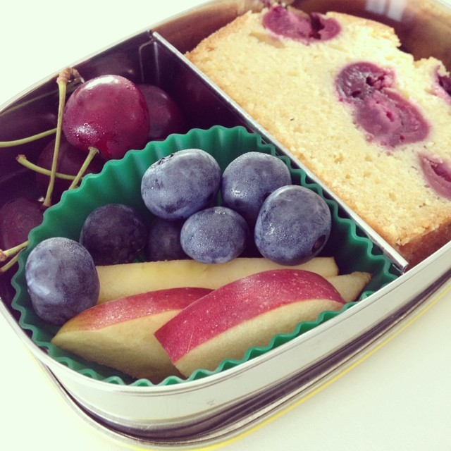 Nachmittags-Snack! #lunchbots #bento #bentobox #lunch #lunchbox #kuchen #obst #snack